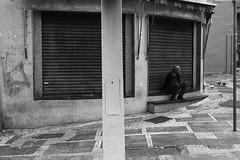 (gustavomorita) Tags: centro gustavomorita homem lojafechada pb pombas rua selvasp sentado vazia vazio