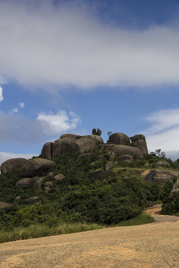 Trilha da Pedra Grande - Pedras no topo da pedra vistas de baixo