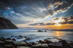 Cielo roto (arstxopo) Tags: barrika atardecer costa mar puestadesol nubes rocas