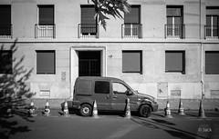 au 10 (Jack_from_Paris) Tags: r0000538bw ricoh gr apsc capture nx2 lr monochrom noiretblanc street paris cones paysage urbain landscape urban soleil sun le fin journe pat 10 dix numro
