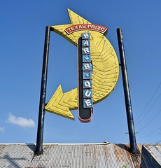Texas Prize Bar*B*Que (Rob Sneed) Tags: abandoned sign vintage neon texas arrow roadside q smalltown outofbusiness barbque hearne us190 robertsoncounty texasprizebarbque barbquejoint
