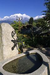 Combloux, fontaine et massif du Mont-Blanc (Ytierny) Tags: france fleur vertical montagne eau village altitude fontaine montblanc lampadaire massif hautesavoie combloux granit alpesdunord ytierny