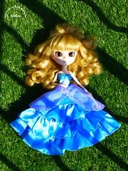 ~38~ (Merli-chan) Tags: blue light shadow green nature look grass princess sleep robe lumière fringe vert ombre queen bleu boucle pullip reine rosalind regard allongé princesse boucles végétation frange