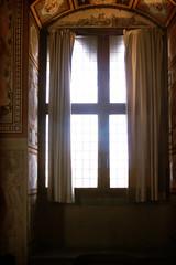 Viejo encierro (Manuel Gayoso) Tags: luz cortina ventana italia florencia toscana palacio palazzovecchio