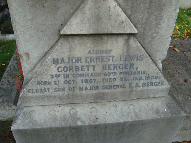 berger_grave_detail