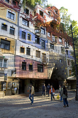Hundertwasser . . . (willem_huwae) Tags: vienna wien city house colours huis centrum hundertwasser wenen straat mensen kleur mg8549