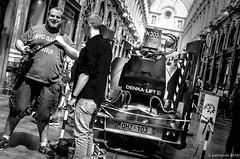 le photographe et l'lvateur (Patrice Dx) Tags: streetphotography photographe touriste outil lvateur