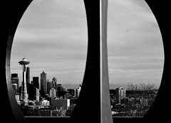 Seattle through the hole (Pigeon Little Duck) Tags: seattle usa estadosunidos spaceneedle black white blanco negro hole hueco escultura background ciudad city