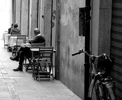 Waiting (Giuseppe_Cer) Tags: people italy centro modena bicicletta prospettiva storico restourant