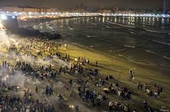 Noche de San Juan 2016... (Leo ) Tags: luces noche mar corua fiesta gente playa galicia sanjuan nocturna olas riazor matadero orzn hogueras sanxon solsticiodeverano