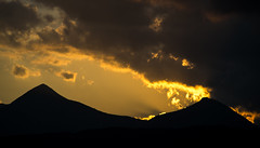 Siluetas eternas / Ethernal silhouettes (Yoli in Wonderland) Tags: sunset sky naturaleza mountains nature colors clouds contraluz atardecer fire shadows silhouettes peak down burning cielo nubes monte fuego sombras siluetas picos montaas gaztelu txurregui