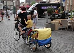 Zutphen, Houtmarkt, moeder fiets en trailer (Nik Morris (van Leiden)) Tags: netherlands bike nederland zutphen gelderland houtmarkt moederfiets fietstrailer