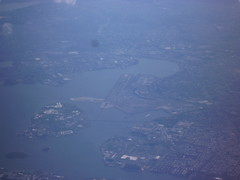201411022 BA117 LHR-JFK New York City Queens LaGuardia airport (taigatrommelchen) Tags: city nyc newyorkcity usa ny newyork river airplane photo inflight airport view air icon aerial queens eastriver lga baw klga 20141147