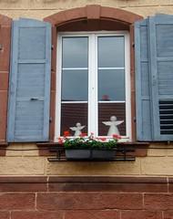 Des anges  la fentre (MAPNANCY) Tags: fleurs maison mur fentre anges granium volet