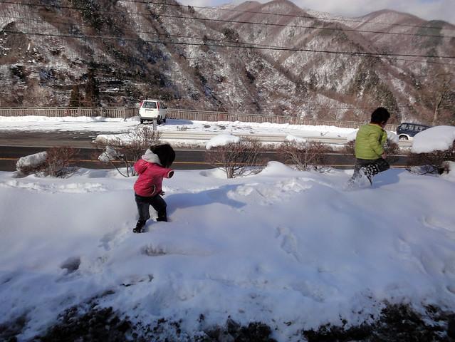 子供達は雪を見るなり、早速突っ込んでいっています…。|道の駅 風穴の里