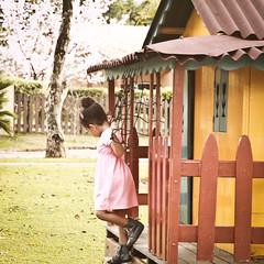 Casa de boneca (M.Moraes Fotografia) Tags: winter kids children play lifestyle squareformat crianas inverno dollhouse brincadeiras casadeboneca