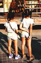 little sisters (omnia_mutantur) Tags: street france kids sisters calle back marseille strada legs frana pernas shorts enfants rua crianas rue francia meninas jambes irms gambe piernas marsella hermanas surs sorelle momes bambine gosses marselha