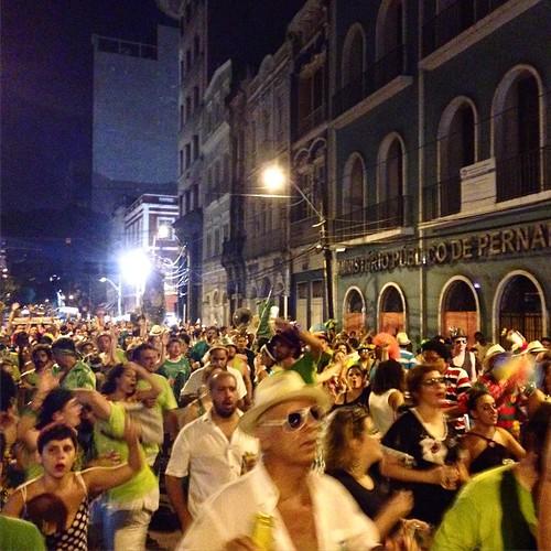 Os Amantes rompendo a rua do Imperador. #amantesdegloria #carnaval #carnavaldorecife #pernambuco #recife