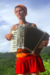 Artista circense tocando acordeom na zona rural de Alto Paraíso