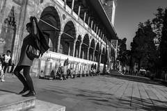 Ese delicado equilibrio entre dos mundos (Nebelkuss) Tags: estambul istanbul mezquita mosquee suleimaniye callejeras street blancoynegro blackandwhite bw momentos moment ladrondemomentos instantes instantsthieve instant elzoohumano thehumanzoo fujixpro1 fujinonxf18f2