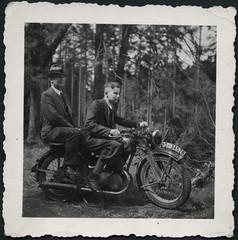 Archiv E844 Motorradfreuden, 1930er (Hans-Michael Tappen) Tags: 1930s outfit motorcycle motorrad kleidung knickerbocker zndapp krad beifahrer sozius 1930er soziussitz archivhansmichaeltappen