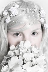 DSC_0472kl (sheeez_de) Tags: selbstportrait weis blumenimhaar surreal blumen portrait