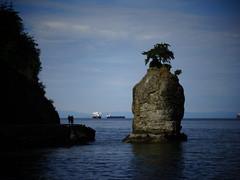 Siwash Rock (France-) Tags: canada nature vancouver eau bc bleu watwer siwashrock nuage 59 parcstanley
