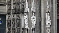 Altes und neues an der Pforte (beate krems) Tags: figuren stein kirchen tr heilige sonne tor pforte dom kln grau wind steinmetz bildhauer gebude