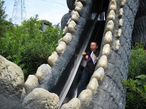 哇!是哥吉拉 溜滑梯!!