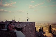 Amoríos de verano (SantiMB.Photos) Tags: geotagged xprocess couple italia pareja candid roofs ita sangimignano toscana tamron 18200 tejados robado tamron18200 vacaciones2012 geo:lat=4346699106 geo:lon=1104446232