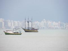 Prdios Flutuantes (Mariah Aversa) Tags: ocean city sea cidade brazil praia beach sc water gua brasil buildings coast boat mar barco portobelo santacatarina litoral prdios oceano