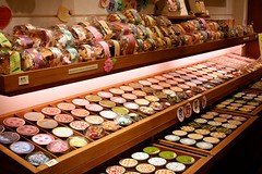 Kyoto - Nishiki Market (*maya*) Tags: food cookies japan shopping kyoto yum market treats indoor sweets mercato streetfood giappone nishikimarket gnam biscotti nishiki dolci bancarelle omnomnom