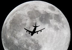 Boeing 747-422 (Reventon09) Tags: moon canon nightshot corsair boeing planespotting 70d fhsea 2400mm 747422 contrailsspotting telescopespotting