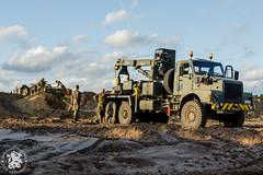 Belgische Volvo N10 trekt M113 over de zandberg
