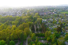 Ballonfahrt: Alsdorf-Eschweiler (Neuwieser) Tags: above friedhof hot eye birds de photography photo photographie view ride air hotair ballon balloon picture heisluftballon aerial photograph cameron aachen ballooning birdseye vues prise luftbild arienne ballonfahrt vogelperspektive luftaufnahme ballonfahren alsdorf aerophoto kleingartensiedlung heisluft luftbildaufnahme luftbildfotografie kellersberg alsdorfer