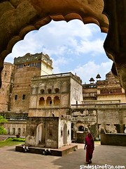 "palacios de Orchha • <a style=""font-size:0.8em;"" href=""http://www.flickr.com/photos/92957341@N07/8725150664/"" target=""_blank"">View on Flickr</a>"