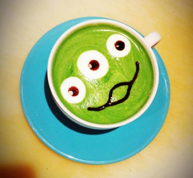 這樣的咖啡怎麼捨得喝!part 2. 大眼仔抹茶歐蕾 vs. 三眼怪抹茶拿鐵