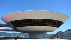 Museu Oscar Niemeyer (Gumz II) Tags: trip cidade brazil southamerica glass rio vidro niemeyer arquitetura brasil riodejaneiro canon oscar arch museu cidademaravilhosa arte viagem maravilhosa architeture niteroi moderna concreto contemporanea oscarniemeyer sudeste s3is