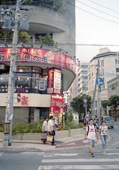 久茂地 横断歩道を渡るひとたち Naha-si, Okinawa (ymtrx79g ( Activity stop)) Tags: street color slr film japan analog nikon kodak 35mmfilm okinawa 135 沖縄 kodakgold100 街 写真 銀塩 フィルム nikonnewfm2 那覇市 nahasi nikonaisnikkor28mmf28 歩行走行 walkandrun 201311blog