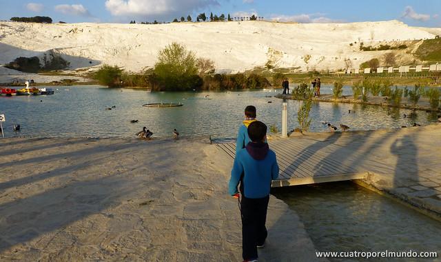 Recorriendo con los pekes el parque bajo la colina de Pamukkale