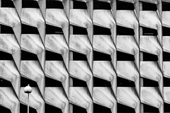 Bec et ongles / Tooth and nail (fidgi) Tags: bw architecture canon pattern lyon nb façade canoneos5dmk3