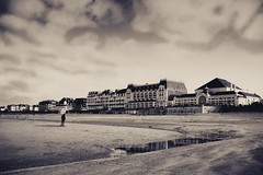 Cabourg noir et blanc (Julien Pf) Tags: bw mer white black canon eos rebel noir nb normandie mm t3 1855 paysage et normandy plage blanc paysages lanscape cabourg lanscapes 1100d