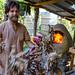 Kory nourrit le feu pendant que François, Jai et Maël préparent les ingrédients pour les pizzas. Baan Maejo, Thaïlande.