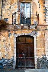 Sizilianische Fassade an der Ostkste in Taormina  by Silva Wischeropp (SILVA CAPITANA) Tags: italien urban orange balkon fenster haus insel architektur braun taormina fassade hauswand ostkste verlasseneshaus holztr urbanelandschaft altewand wohnaus inselsizilien marodercharm italienischesflair