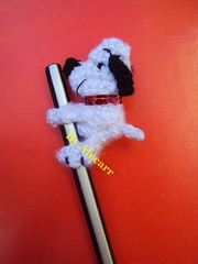 Snoopy lpiz (Crochet Alecarr) Tags: adorno crochet souvenir lpiz toppencil