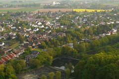 Ballonfahrt: Alsdorf-Eschweiler (Neuwieser) Tags: above hot eye birds de photography photo pond photographie view ride air hotair ballon balloon picture heisluftballon aerial photograph cameron aachen ballooning birdseye vues prise luftbild arienne ballonfahrt vogelperspektive luftaufnahme ballonfahren siedlung fischteich alsdorf aerophoto heisluft luftbildaufnahme luftbildfotografie broicher