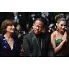 นางยังไหว้อยู่...และเชื่อว่านางยังจะไหว้สวยๆต่อไป #redcarpet ญาญ่าหญิง สะกดสายตา กองทัพ สื่อมวลชนทั่วโลก @yayaying_yaya #yayaying #YayayingRhathaPhongam in #Cannes2013 #OnlyGodForgives #FestivaldeCannes - Du 15 au 26 mai 2013