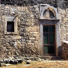 Οταν η αιωνιότητα συνάντησε το κίτς. πρακτικές λύσεις Αλουμίνοπορτα σε μια εκκλησία που η ιστορία της ξεκινά από τους Βυζαντινούς Χρόνους..Αγιοι Απόστολοι Μέσα Λασιθι Κρήτη #mesalasithi #crete #church