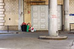 Passy (Jorkew) Tags: street paris france pilar digital canon eos garbage gare metro streetscene scene pont l 24 28 mm frankrijk usm 70 f28 canonef2470mmf28lusm ef bir parijs metrostation collumn passy 2470mm pontdebirhakeim 50d hakeim canoneos50d mtrodeparis metrostationpassy