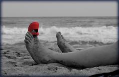ya no me viene.... (puzzlero) Tags: bw blanco cutout rojo negro playa ruby3 desaturado zapatito selectivo oltusfotos puzzlero ruby10